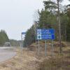 Puolustusvoimien auto ajeli maakuntien rajan tuntumassa perjantaina.