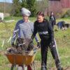 Sanni Tuominen (vas) ja Roosa Ruokonen kuljettivat tyrnin taimia niiden istutuspaikoille. Perniöön saapui toistakymmentä istuttajaa.
