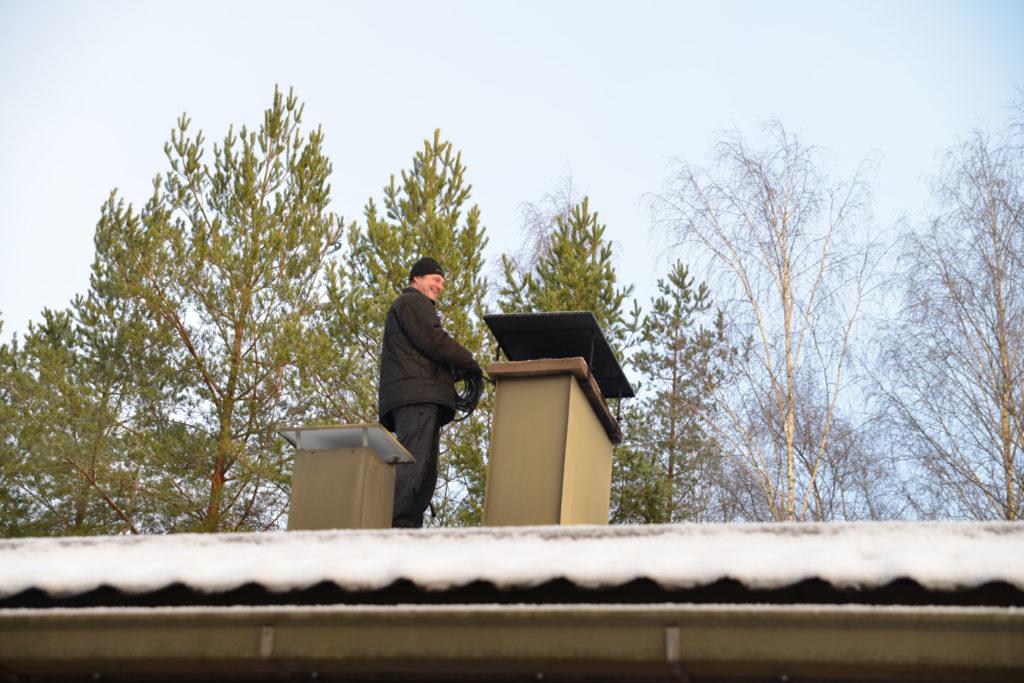 Nuohooja katolla piipun vieressä.